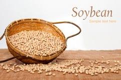 Feijões da soja em uma cesta Fotografia de Stock