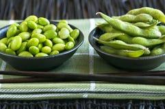 Feijões da soja em umas bacias fotos de stock royalty free