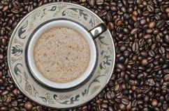 Feijões da xícara de café e de café foto de stock