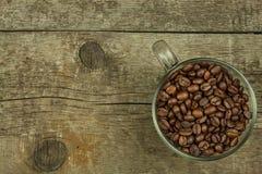 Feijões da xícara de café na tabela de madeira velha Vendas do café Decorações para o menu Copos de café e feijões de café fresco Fotografia de Stock