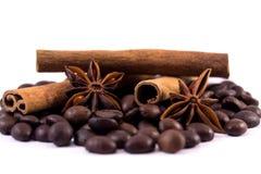 Feijões de café anis e varas de canela Imagens de Stock