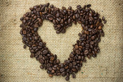 Feijões de café arranjados em uma forma do coração Imagens de Stock Royalty Free