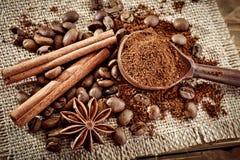 Feijões de café, café à terra e canela na serapilheira foto de stock royalty free