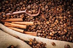Feijões de café, café à terra e canela na serapilheira imagens de stock