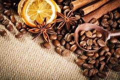 Feijões de café, café à terra e canela na serapilheira fotografia de stock royalty free