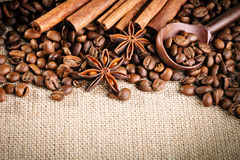 Feijões de café, café à terra e canela na serapilheira fotos de stock