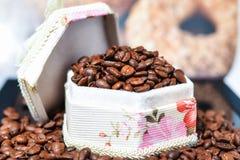 Feijões de café, café preto Fotografia de Stock Royalty Free