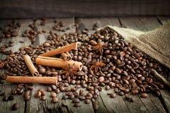 Feijões de café canela e anis imagem de stock