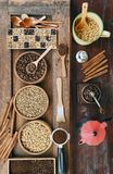 Feijões de café com café à terra na colher e na canela de madeira, chaleira vermelha Imagens de Stock