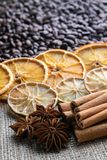 Feijões de café com as varas de canela do citrino e o anis de estrela no fundo da serapilheira fotos de stock royalty free