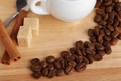 Feijões de café com as varas do açúcar mascavado e de canela Foto de Stock Royalty Free