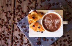 Feijões de café com café e croissant Fotografia de Stock Royalty Free