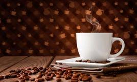 Feijões de café com café na tabela Imagem de Stock Royalty Free