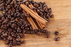 Feijões de café com canela e anis na tabela de madeira fotografia de stock
