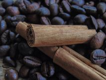 Feijões de café com chocolate e canela imagem de stock