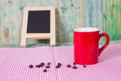 Feijões de café com copo Fotos de Stock Royalty Free