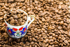 Feijões de café com copo Imagem de Stock Royalty Free