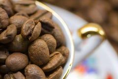 Feijões de café com copo Fotografia de Stock