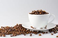 Feijões de café com copo branco Imagem de Stock Royalty Free