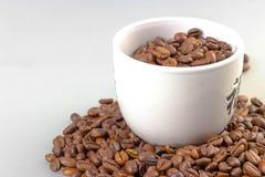 Feijões de café com copo de café Imagem de Stock Royalty Free
