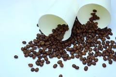 Feijões de café com copos de papel Foto de Stock Royalty Free