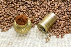 Feijões de café com moinho Imagem de Stock