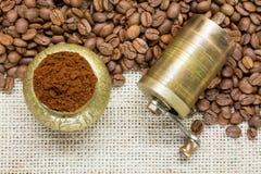 Feijões de café com moinho Fotografia de Stock Royalty Free