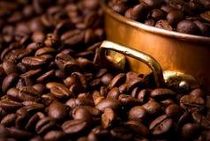 Feijões de café com potenciômetro de cobre, quadro completo Imagem de Stock