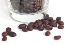 Feijões de café com vidro Imagens de Stock Royalty Free