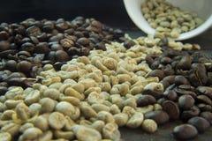 Feijões de café crus e roasted Fotos de Stock Royalty Free