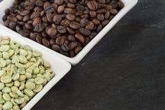 Feijões de café crus e roasted Imagem de Stock