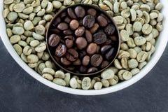 Feijões de café crus e roasted Imagem de Stock Royalty Free
