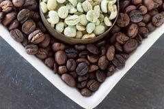 Feijões de café crus e roasted Fotografia de Stock Royalty Free