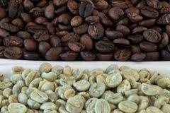 Feijões de café crus e roasted Foto de Stock