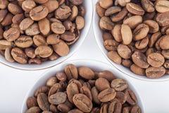 Feijões de café crus em uns copos de café árabe Fotografia de Stock