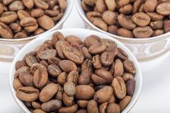 Feijões de café crus em uns copos de café árabe Foto de Stock Royalty Free