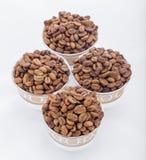 Feijões de café crus em uns copos de café árabe Fotografia de Stock Royalty Free