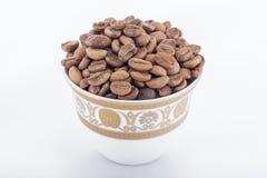 Feijões de café crus em uns copos de café árabe Fotos de Stock Royalty Free
