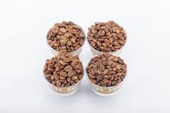 Feijões de café crus em uns copos de café árabe Foto de Stock
