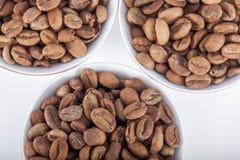 Feijões de café crus em uns copos de café árabe Fotos de Stock