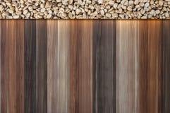 feijões de café crus no fundo de madeira do vintage, texto do espaço vazio de feijões de café Imagens de Stock