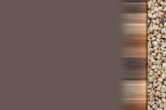Feijões de café crus no vintage de madeira e no fundo marrom Imagem de Stock Royalty Free