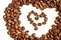 Feijões de café da canela sob a forma do coração Imagem de Stock Royalty Free