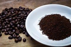 Feijões de café da moagem foto de stock
