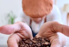 Feijões de café da posse do homem foto de stock royalty free