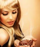 Feijões de café da preensão da menina fotos de stock royalty free