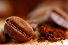 Feijões de café e café à terra Imagens de Stock Royalty Free