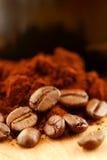 Feijões de café e café à terra Imagem de Stock Royalty Free