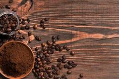 Feijões de café e café à terra na tabela de madeira rústica, vista de Imagens de Stock Royalty Free