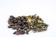 Feijões de café e chá fraco verde isolados no fundo branco fotos de stock